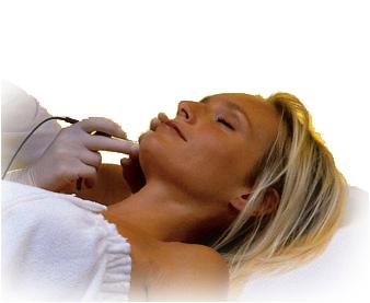 Kvinne får behandling ved hjelp av elektrolyse